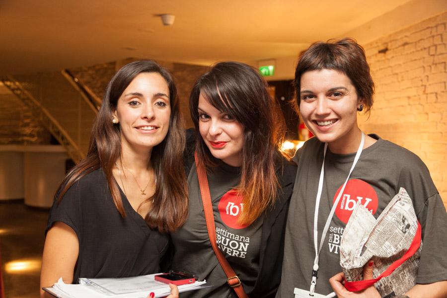 Tre giovani cooperatrici impegnate nell'organizzazione della Settimana del Buon Vivere
