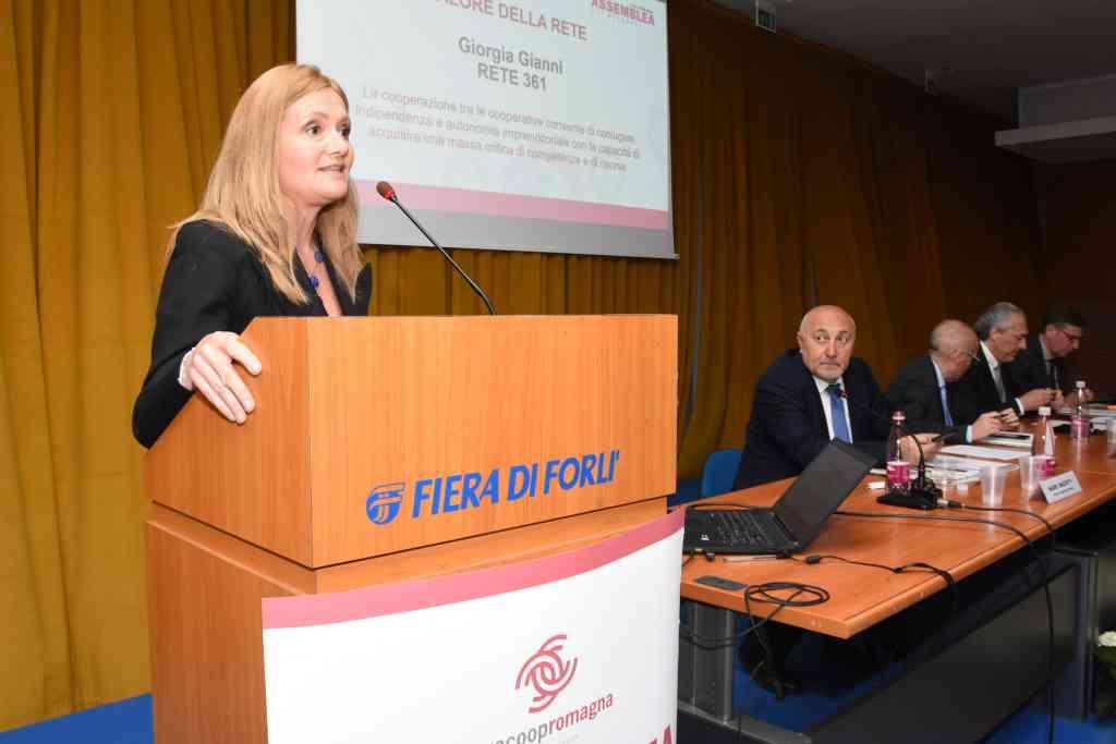 Giorgia Gianni parla di comunicazione all'assemblea di Legacoop Romagna